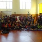 Remise des cadeaux par le Père Noël aux enfants d'une école (décembre 2014)