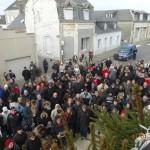 Je Suis Charlie. Une partie de la foule massée sur le parvis de la Mairie. ( Le 11 Janvier 2015).