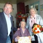 28 avril 2014 - A l'occasion du 100ème anniversaire de Madame Hego, Monsieur le Maire et le CCAS de Cayeux lui ont offert des fleurs et un petit cadeau.